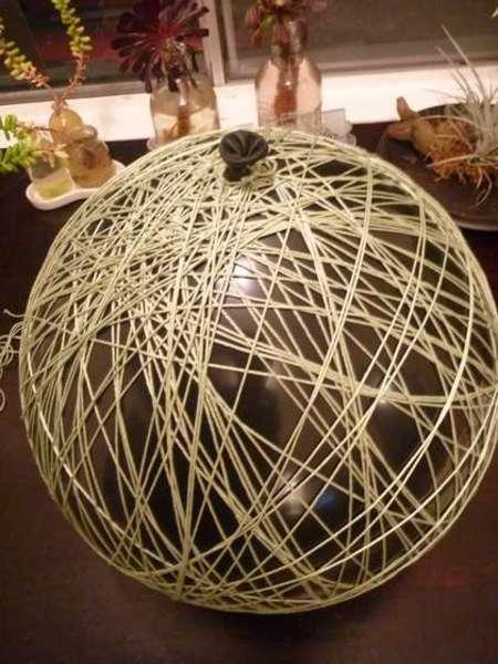 После того, как вы полностью обернули шар (на маленькие шары ушло около 137 м нити, а на большие - около 275 м) .